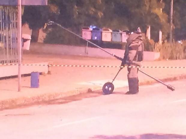 Esquadrão anti-bomba verifica conteúdo da caixa deixada em frente ao Fórum em Fortaleza (Foto: TV Verdes Mares/Reprodução)