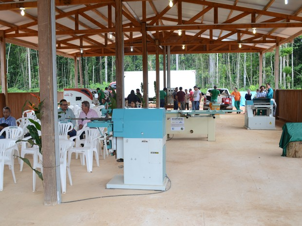 Galpão de 250m² foi construído em madeira e comporta atualmente 10 maquinários (Foto: Adonias Silva/G1)