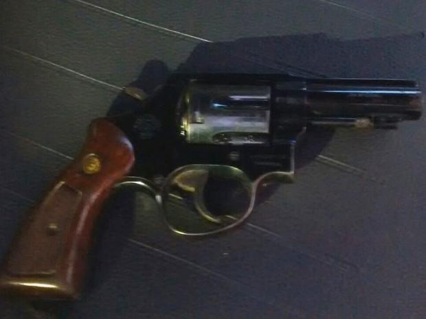 Revolver encontrado com suspeito que tinha capotado veículo (Foto: Divulgação / Polícia Rodoviária )