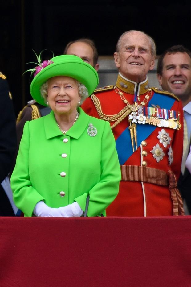 O visual verde-limão da rainha (Foto: Getty Images)