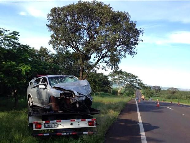 Acidente deixou duas pessoas mortas e quatro feridas em Boa Esperança do Sul (Foto: Fernanda Câmara/EPTV)