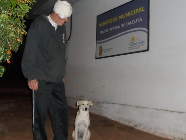 Após deixar hospital, dono poderá seguir rotina com cão em albergue (Foto: Eduardo Camargo/Arquivo Pessoal)