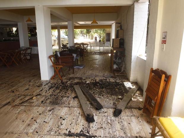 Pedaços de madeira queimada são vistos no chão da Pousada Azul onde estava hospedada a cantora Loalwa Braz Vieira, em Saquarema (RJ) (Foto: Antonio Carlos/Futura Press/Estadão Conteúdo)