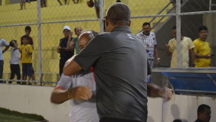 No final da partida entre Femar e Lucena, Domício Leite foi ao banco adversário cumprimentar Ferreira (Foto: Hévilla Wanderley / GloboEsporte.com/pb)