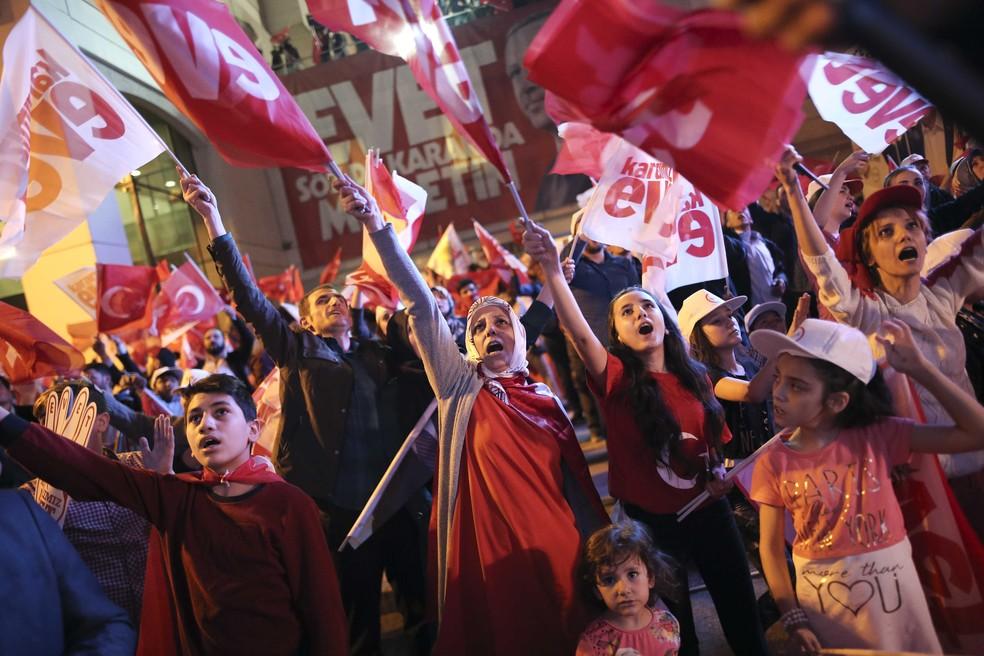 Apoiadores do presidente Erdogan comemoram resultado do referendo realizado neste domingo (16) na Turquia (Foto:  REUTERS/Alkis Konstantinidis)