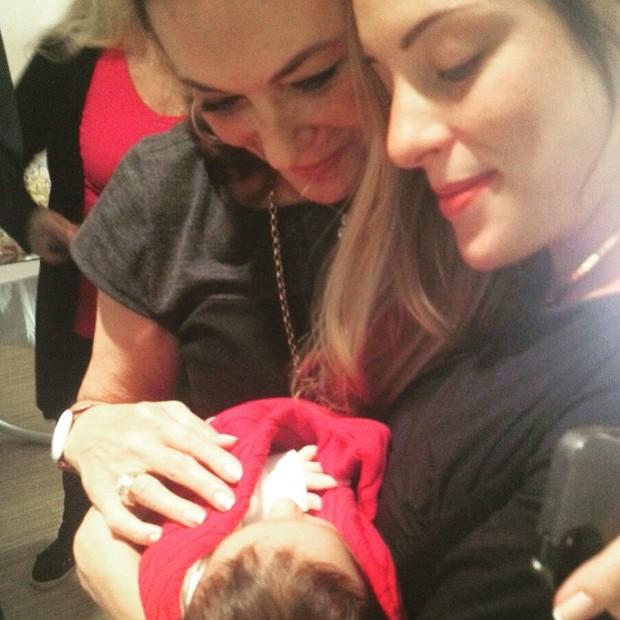 Beth Szafir paparica o neto, Mikael (Foto: Reprodução/Instagram)