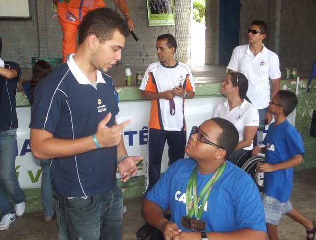 Alan Fonteles conversa com atleta do Projeto Clube Escolar Paralímpico, na Grande Natal (Foto: Jocaff Souza/GLOBOESPORTE.COM)
