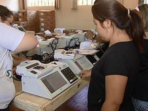 Urnas são preparadas pela Justiça Eleitoral em Uberaba (Foto: Reprodução/TV Integração)