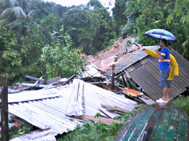 Moradores observam casa após desabamento durante chuva em Manaus (Foto: Ive Rylo/G1 AM)