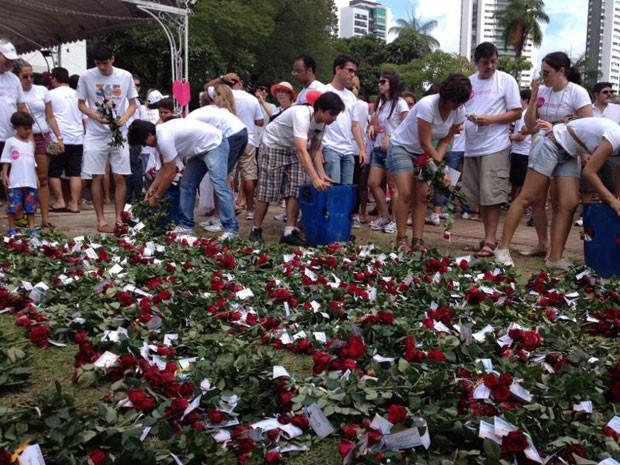 Voluntários do grupo Novo Jeito distribuem rosas na ação #MaisAmor (Foto: Bruno Fontes/TV Globo)