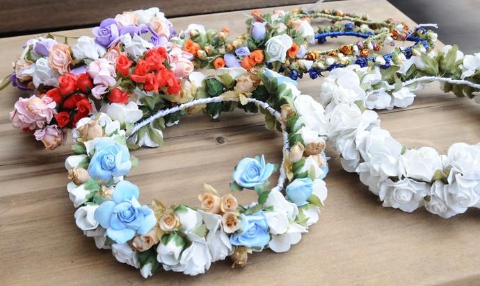 Só é preciso usar arame, alicate, fita e flores para confeccionar o item (Foto: TV Bahia)
