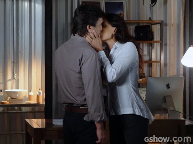 Tereza beija LC (Foto: Além do Horizonte/TV Globo)