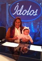 Fafá de Belém se diverte com a neta, Laura, nos bastidores de programa