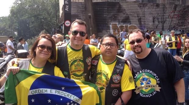 Fernando Katori (terceiro da esquerda para a direita), motociclistas, na Avenida Paulista. Ele diz que cerca de 1500 motoqueiros aderiram ao movimento pela saída da presidente Dilma (Foto: Bruno Calixto)