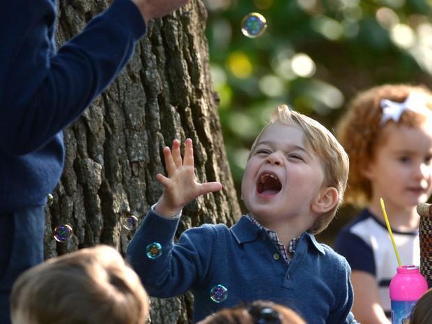 Príncipe George brinca com bolas de sabão em festa infantil no Canadá (Foto: Jonathan Hayward/The Canadian Press via AP)