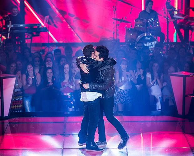 Assistentes se abraçam após a apresentação (Foto: Isabella Pinheiro/Gshow)