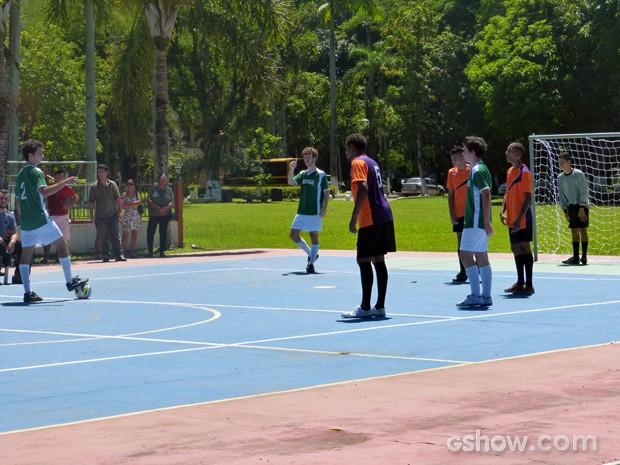 Mesmo com Sidney livre na área, Ben arrisca um chute ao gol (Foto: Malhação / TV Globo)