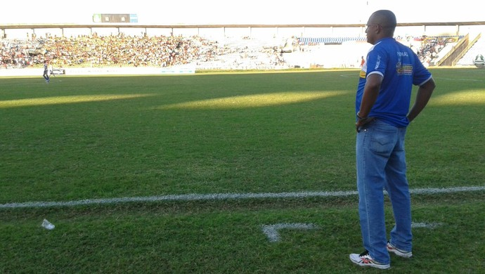 Wilsomar Sena observa jogo do Palmas contra o River-PI no estádio Albertão (Foto: Lucas Ferreira/TV Anhanguera)