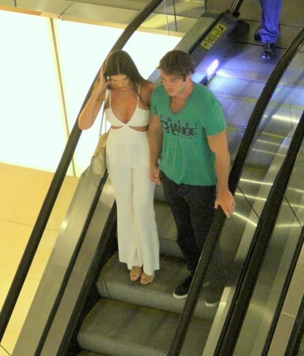 Thor Batista com a namorada (Foto: Ag,News/Daniel Delmiro)