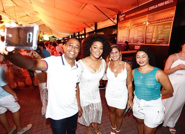 Juliana Alves posa com fãs (Foto: Ricardo Cardoso / Ed. Globo)