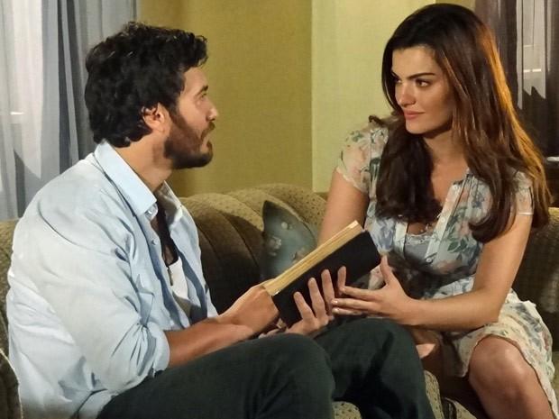 Rodrigo fica emocionado ao receber o livro de Elisa (Foto: Amor Eterno Amor / TV Globo)