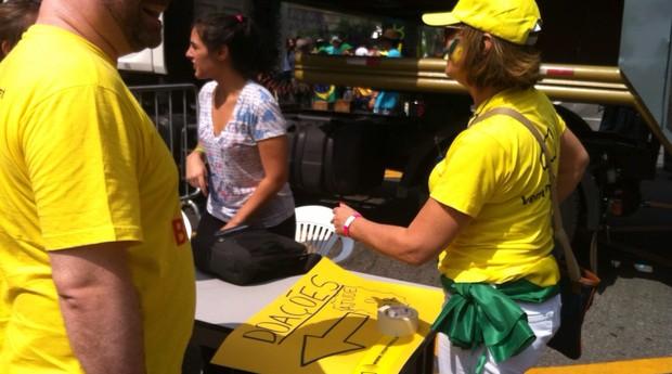 Movimento Vem Pra Rua pede doações em dinheiro aos manifestantes da Avenida Paulista, em São Paulo (Foto: Thaís Lazzeri)
