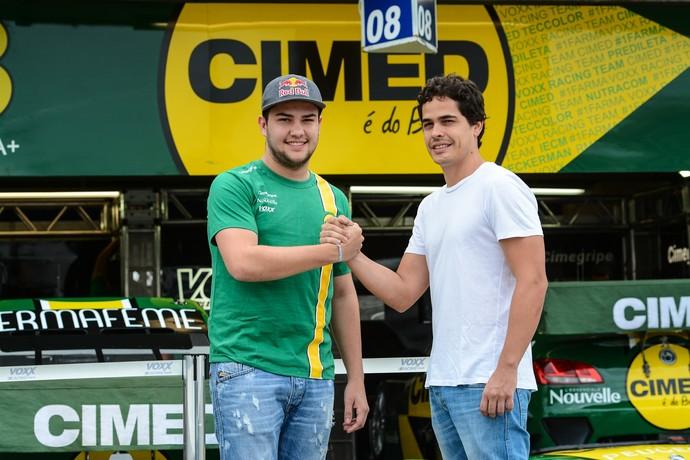 Felipe Fraga cumprimenta Marcos Gomes em frente aos boxes da VRT (Foto: José Mário Dias / Divulgação)