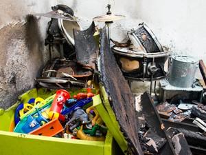 Dentro da caixa, brinquedos ficaram protegidos contra as chamas. (Foto: Jonathan Lins/G1)