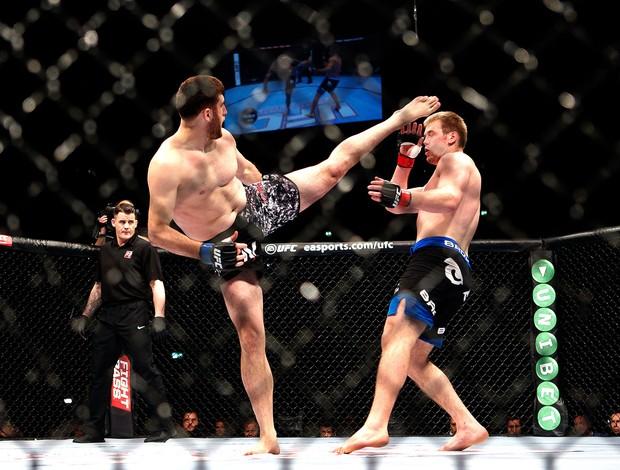 Ruslan Magomedov e Viktor Pesta luta UFC em Berlim (Foto: AFP)