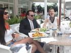 Kelly Baron e Diana Balsini almoçam à beira da piscina de hotel