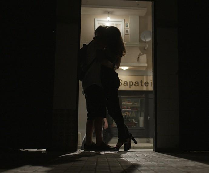 Pegação rolando entre Roger e Nanda! (Foto: TV Globo)