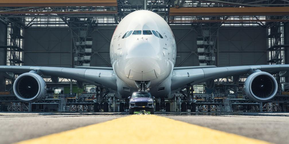 [Internacional] Carro 'reboca' maior avião de passageiros e entra para o livro dos recordes 1159569-cayenne-turbo-s-air-france-a-380-paris-charles-de-gaulle-airport-2017-porsche-ag