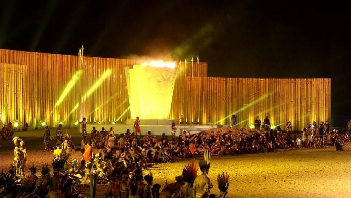 Pira acesa em cerimônia nos Jogos Mundiais dos Povos Indígenas (Foto: Reprodução/TV Anhanguera)