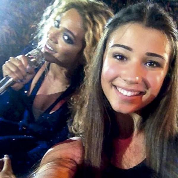 De novo, Beyoncé: ela apareceu de papagaio de pirata num selfie de uma fã, que só queria uma foto com a cantora no palco de um show. (Foto: reprodução)