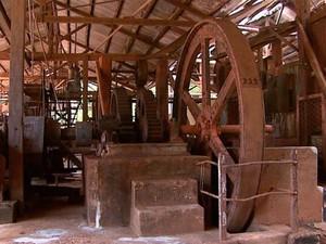 Equipamentos usados no processamento da cana estão expostos (Foto: Ronaldo Gomes/ EPTV)