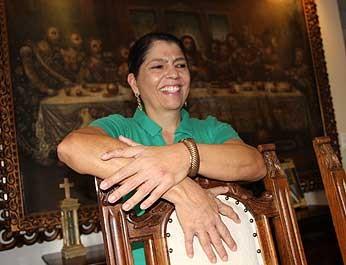 Mulher com seis dedos nas mãos, característica de  família no DF (Foto: Vianey Bentes/TV Globo)