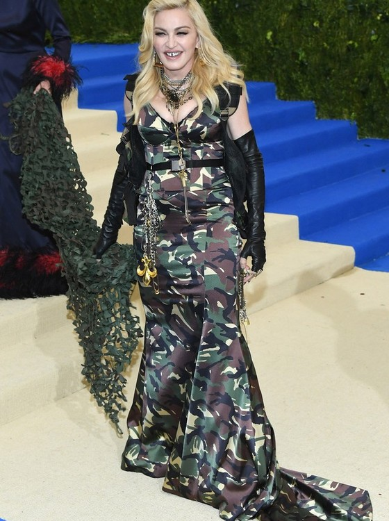 Madonna optou por um look militar da Moschino   (Foto: Getty Images)