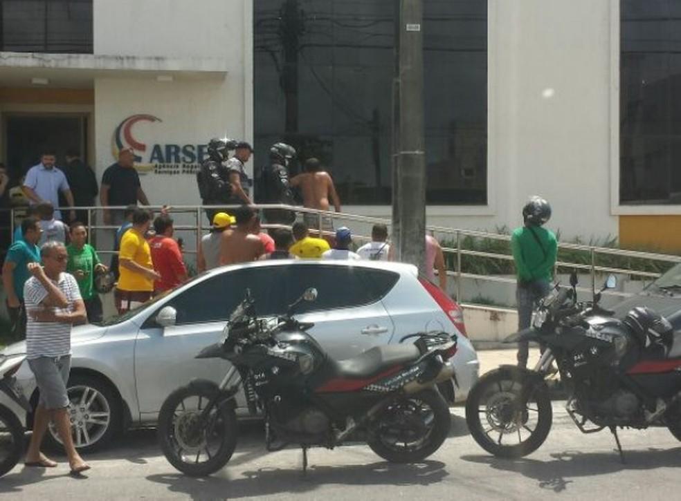 Após ser baleado, suspeito foi detido pela Polícia Militar e socorrido (Foto: Divulgação / PM)