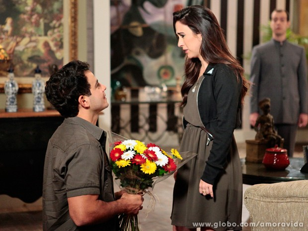 DIante de todos, Carlito se ajoelha e pede Delícia em casamento (Foto: Pedro Curi / TV Globo)