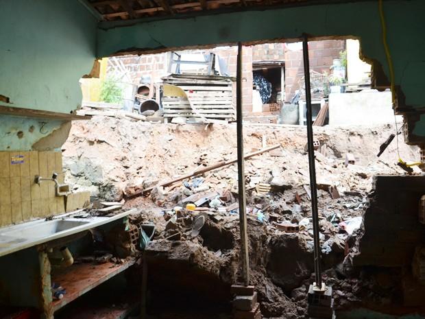 Muro cai por cima de cozinha e moradora 'por muito pouco' não é atingida (Foto: Walter Paparazzo/G1)