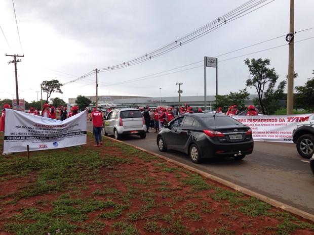 Manifestantes bloqueiam vias de acesso ao Aeroporto Internacional de Brasília em ato por reajuste salarial de 11% (Foto: Natalia Godoy/G1)