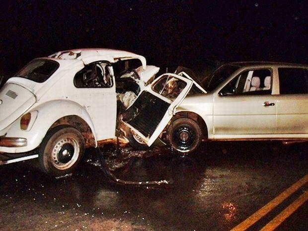 Os dois veículos bateram de frente na vicinal que liga Santa Cruz a Bernardino de Campos.  (Foto: Lucas Pereira/ Repórter na Rua )