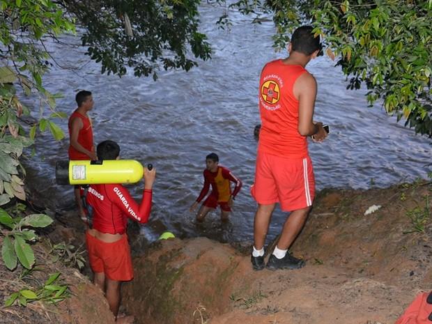 Corpo de Bombeiros localizaram o corpo cerca de uma hora depois da vítima ter caído no rio Jaru, em RO (Foto: A Notícia Mais/Reprodução)