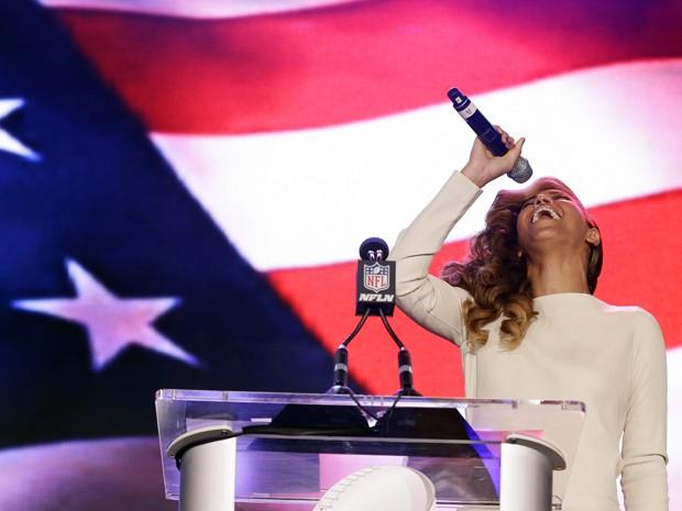 Beyoncé em entrevista coletiva nos EUA na quinta-feira (31), onde cantou o hino norte-americano e comentou polêmica sobre playback na posse de Obama (Foto: AP/Morry Gash)