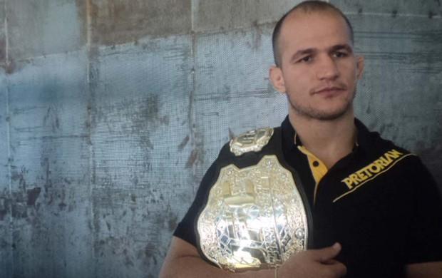 Cigano cinturão UFC (Foto: Wagner Bordin / Sportv.com)