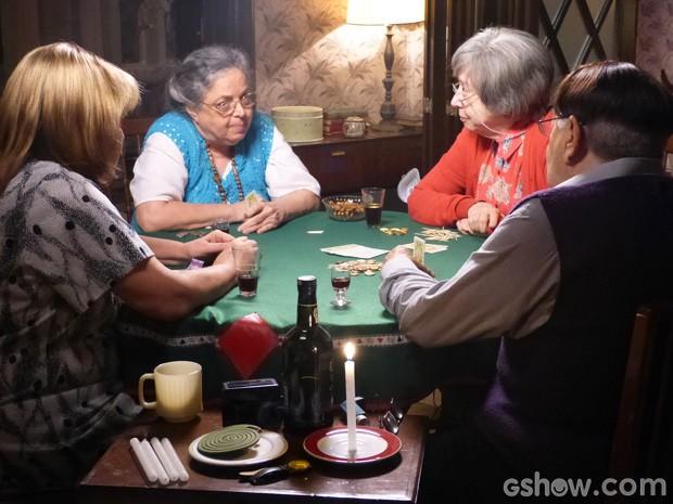 Idosos apostam grana em jogo de pôquer (Foto: Doce de Mãe/TV Globo)