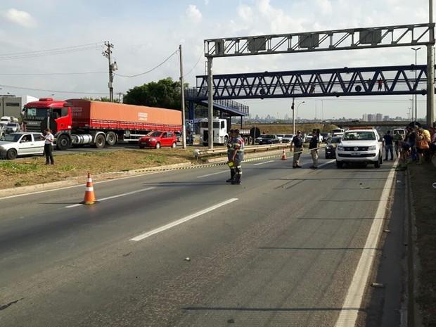 BR-153 teve uma faixa bloqueada para remoção do corpo de motociclista, em Goiás (Foto: Adriano Reges/TV Anhanguera)