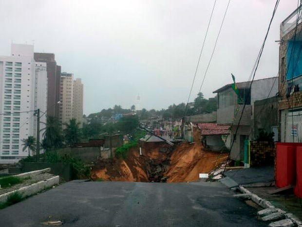 Cratera se abriu na rua Guanabara, em Mãe Luíza; parte da pista deslizou barranco abaixo e casas correm risco de desabar (Foto: Heloísa Guimarães/ Inter TV Cabugi)