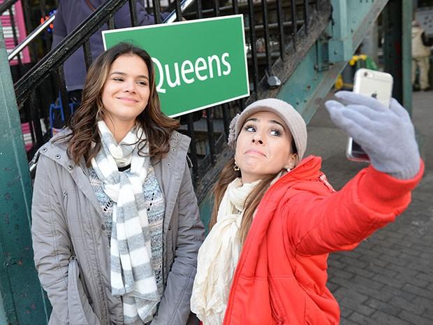 Danda faz selfie com Mari na placa do Queens, em Nova York. Tem mais no #dandices! (Foto: Globo/Zé Paulo Cardeal)