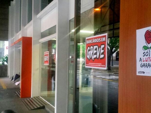 Bancários de Piracicaba entraram em greven nesta terça-feira (5) (Foto: Carol Giantomaso/G1)